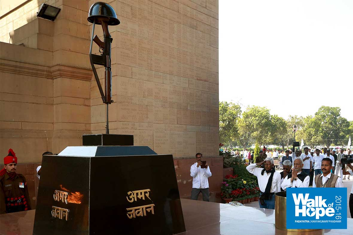 6.Paying-homage-to-the-martyrs-at-Amar-Jawan-Jyothi,-India-Gate,-New-Delhi
