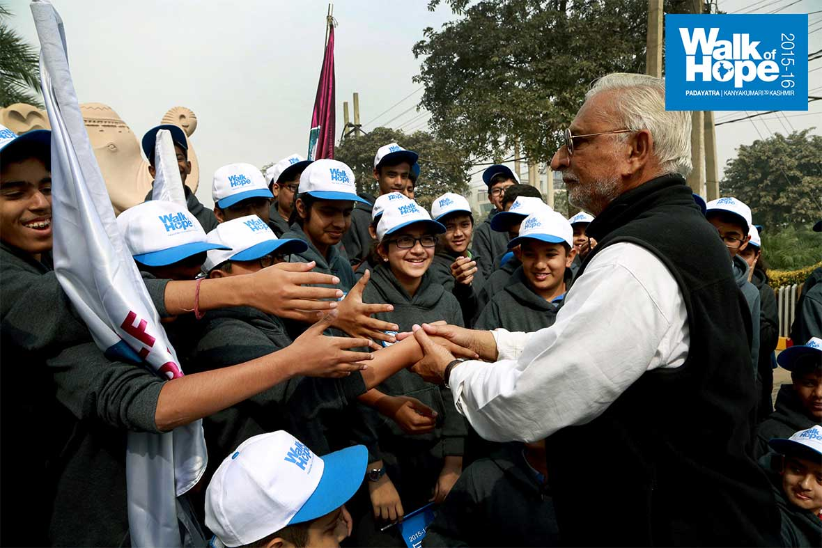 7.Students-of-Pathways-Worldschool-shake-hands-with-Sri-M-after-taking-part-in-the-walk,-Gurgaon,-Haryana