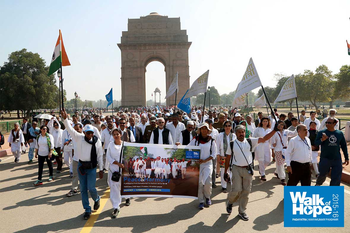 7.The-Padayatra,-its-numbers-swelling,-leaving-India-Gate-after-paying-respects,-New-Delhi