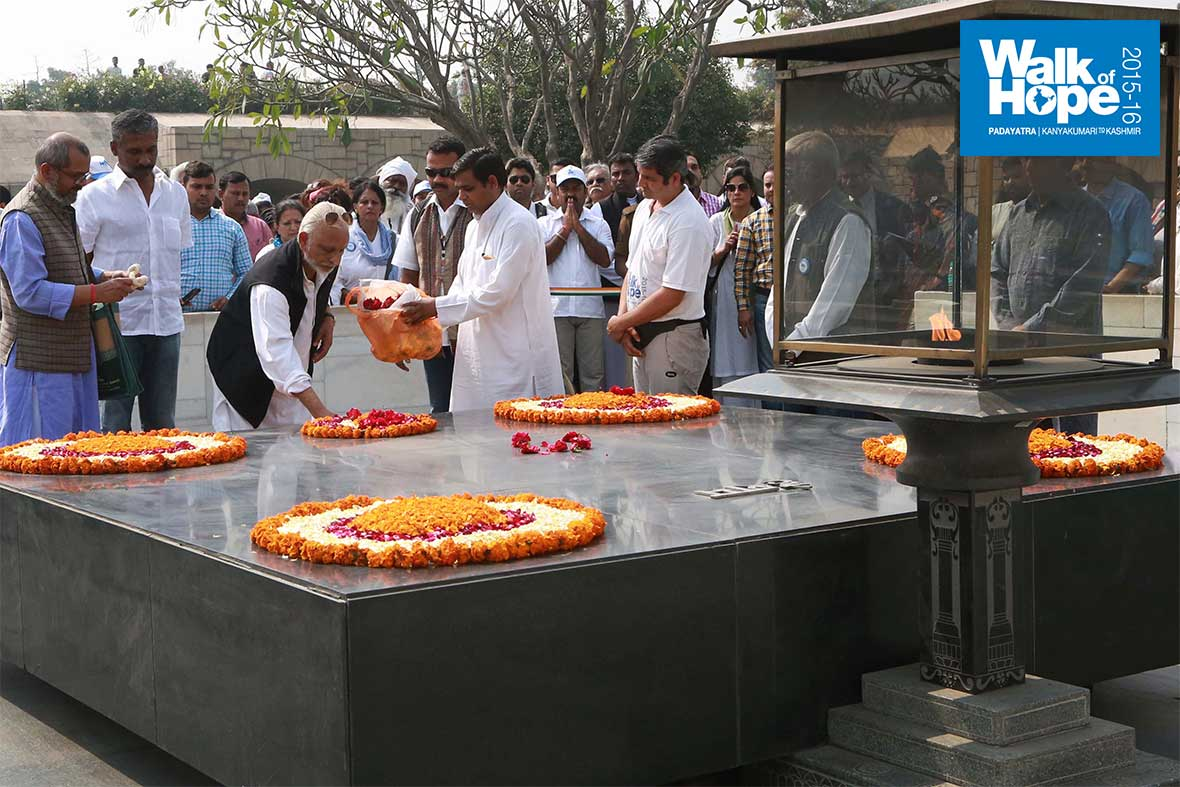 8.Sri-M-laying-a-floral-wreath-at-Raj-Ghat,-New-Delhi