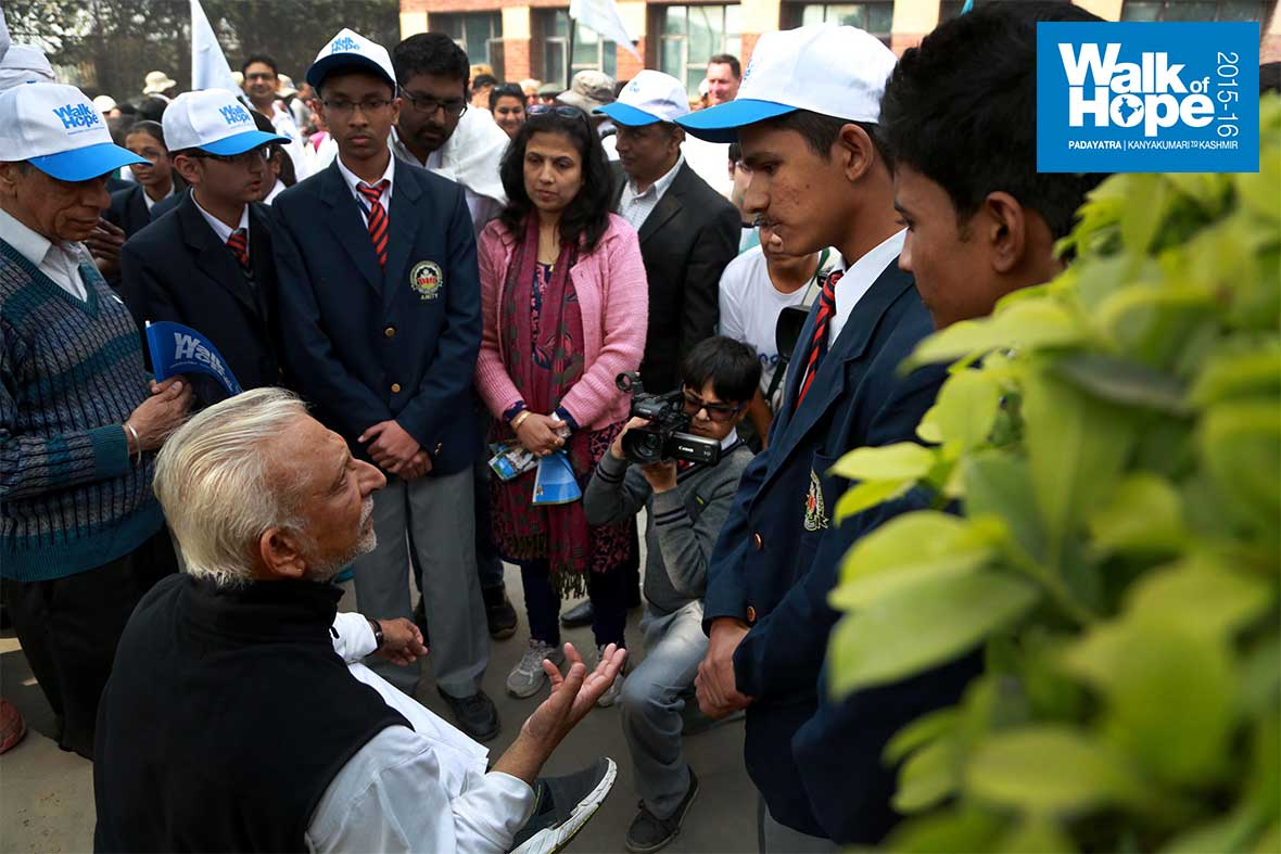 9.Sri-M-interacts-with-students-of-Amity.-Watch-the-young-shooter!,-Gurgaon,-Haryana