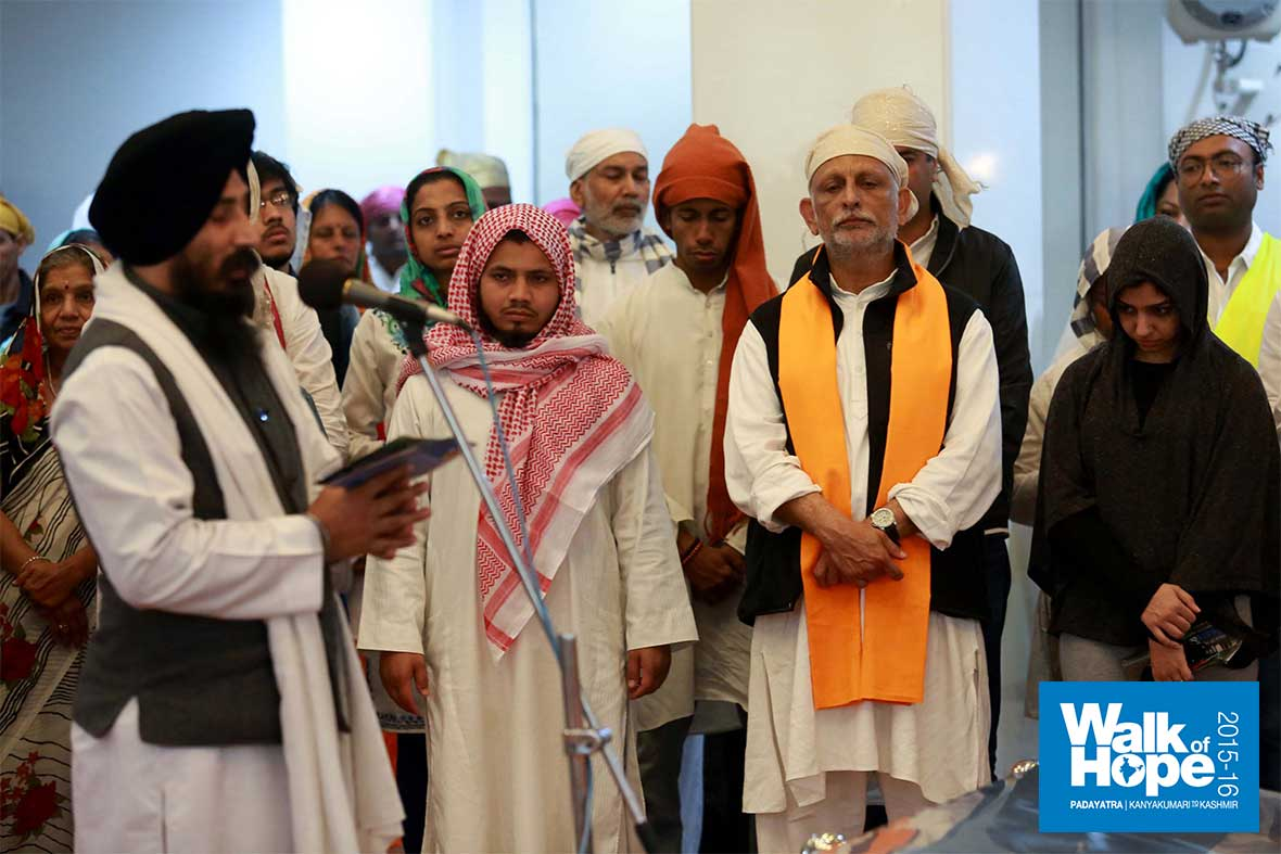 9.When-brothers-and-sisters-of-different-faiths-merged!,-Gurudwara-Sikh-Sangat,-Green-Park,-South-Dehli