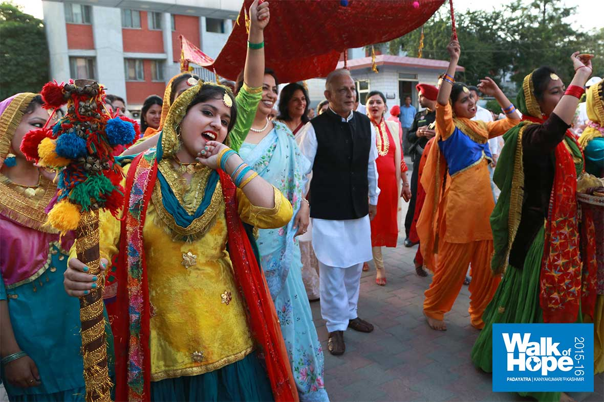 17.A-traditional-welcome-for-Sri-M-at-DAV-Public-School,-Punjab-Armed-Police-Campus,-Jalandhar