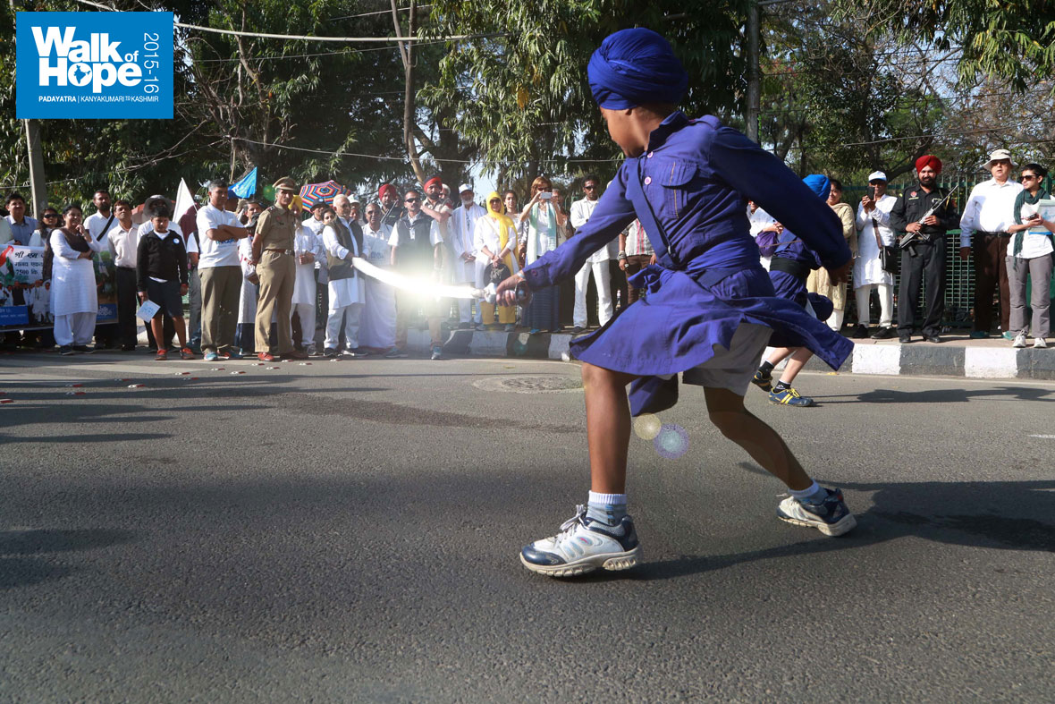 2.The-flashing-blade-of-the-young-Ghatka-practitioner!,-Ludhiana,-Punjab)