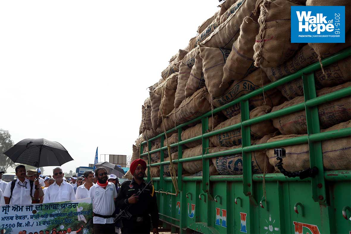 10.A-truckload-of-potatoes-passes-by!-GT-Road,-Amritsar,-Punjab