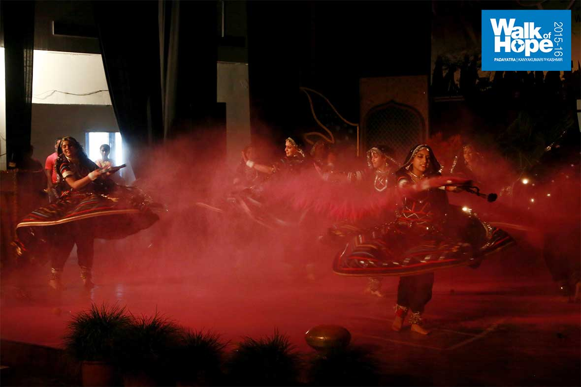 11.A-riot-of-colours!,-Kalbeliya-dancers-finish-it-with-a-bang!,-BBK-DAV-College-Auditorium,-Amritsar,-Punjab