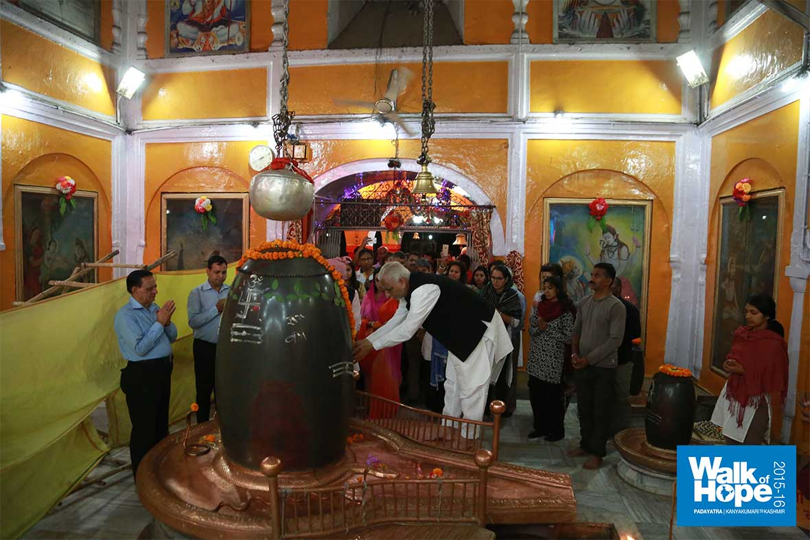 11.The-giant-Shivaling-inside-the-Ranbireshwar-Mandir,-Jammu,-J&K