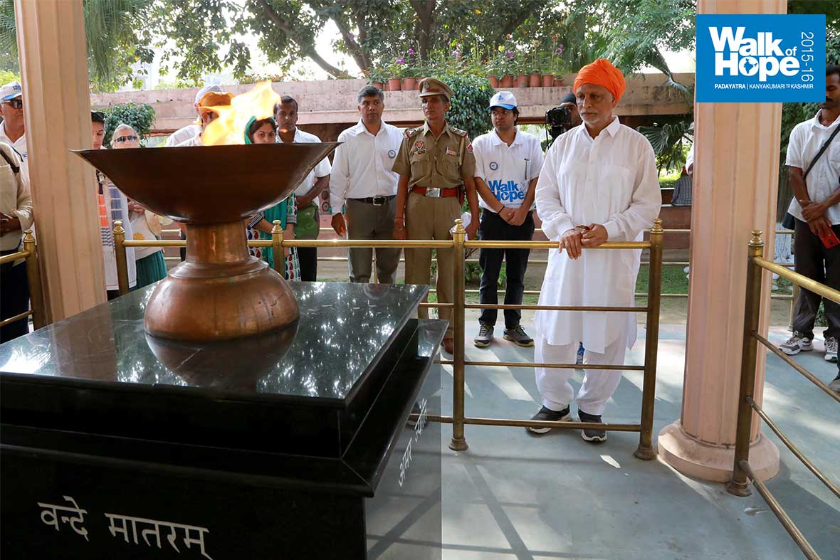 13.Paying-respect-to-the-martyrs-who-fell-at-Jallianwala-Bagh-in-1919,-Amritsar,-Punjab