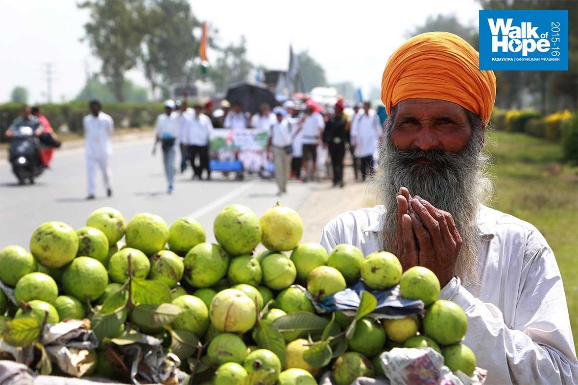 15.Guavas-for-you-with-folded-hands!,-GT-Road,-Amritsar,-Punjab