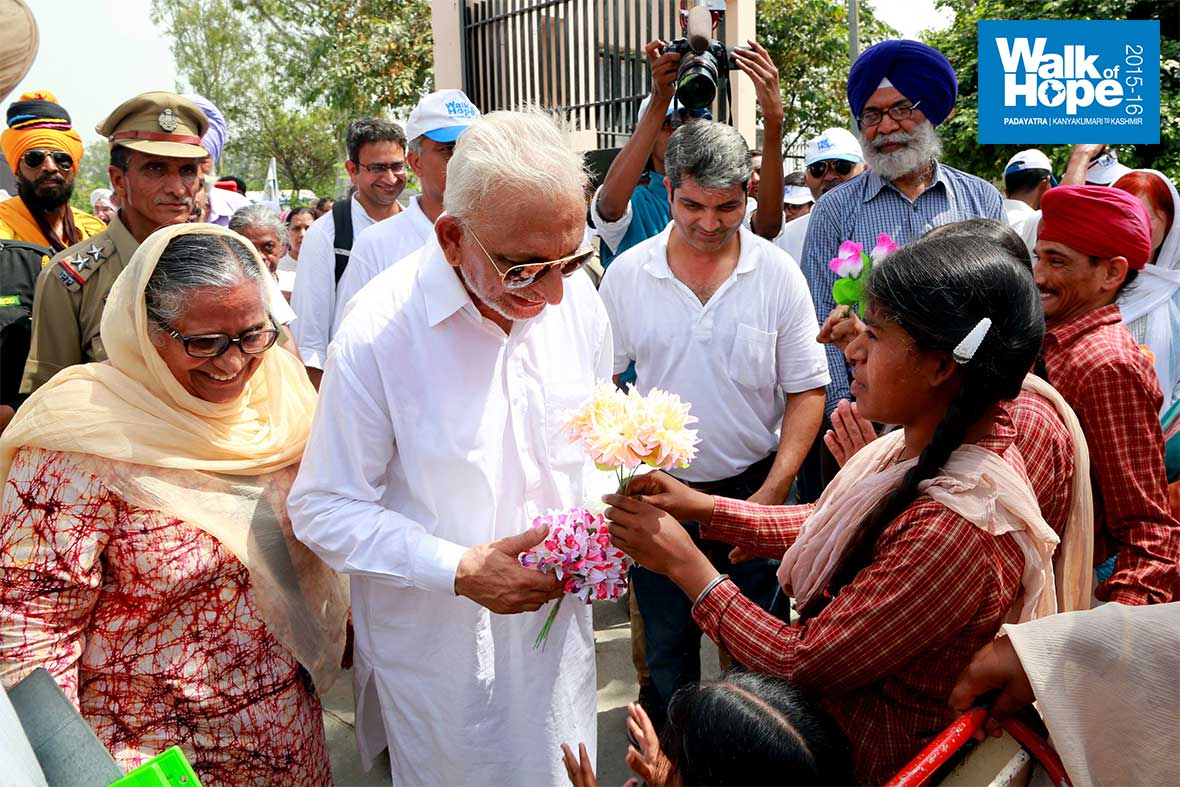 16.Sri-M-is-welcomed-by-an-inmate,-Pingalwara,-Amritsar,-Punjab