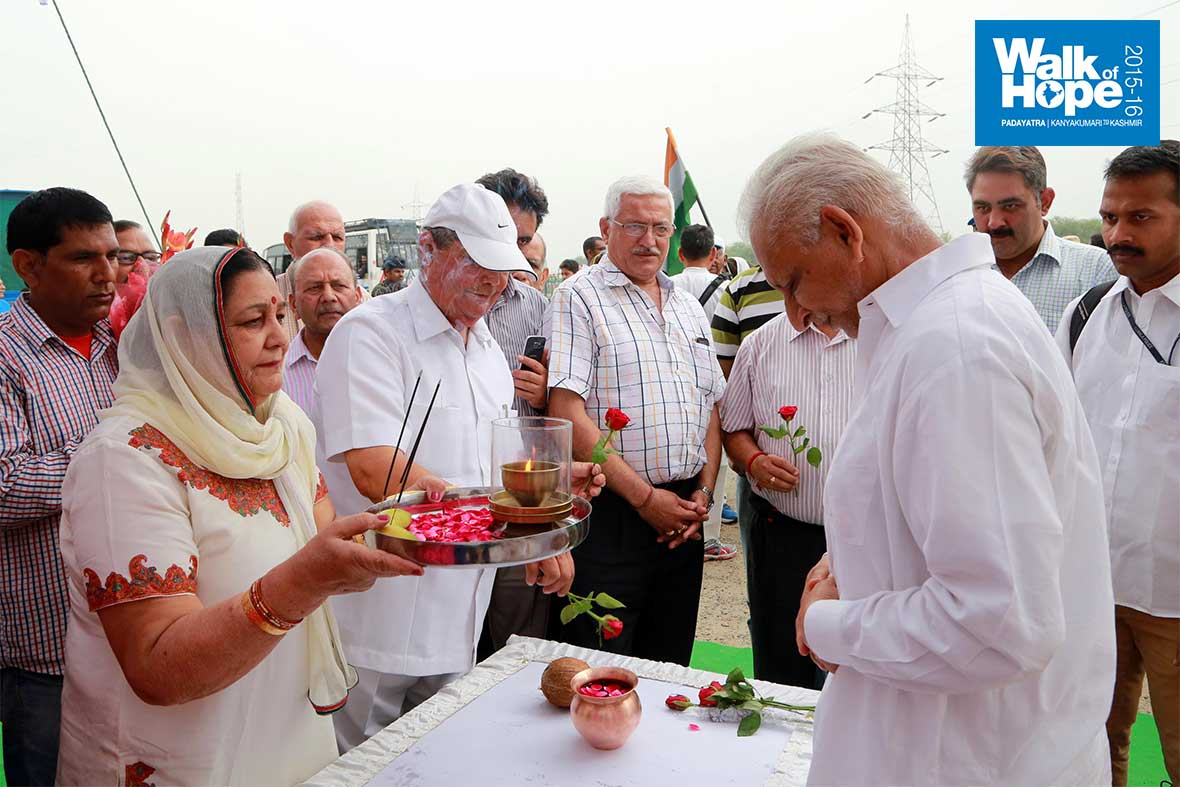 3.Traditional-welcome-to-Sri-M-as-the-Padayatra-enters-Jammu,-J&K