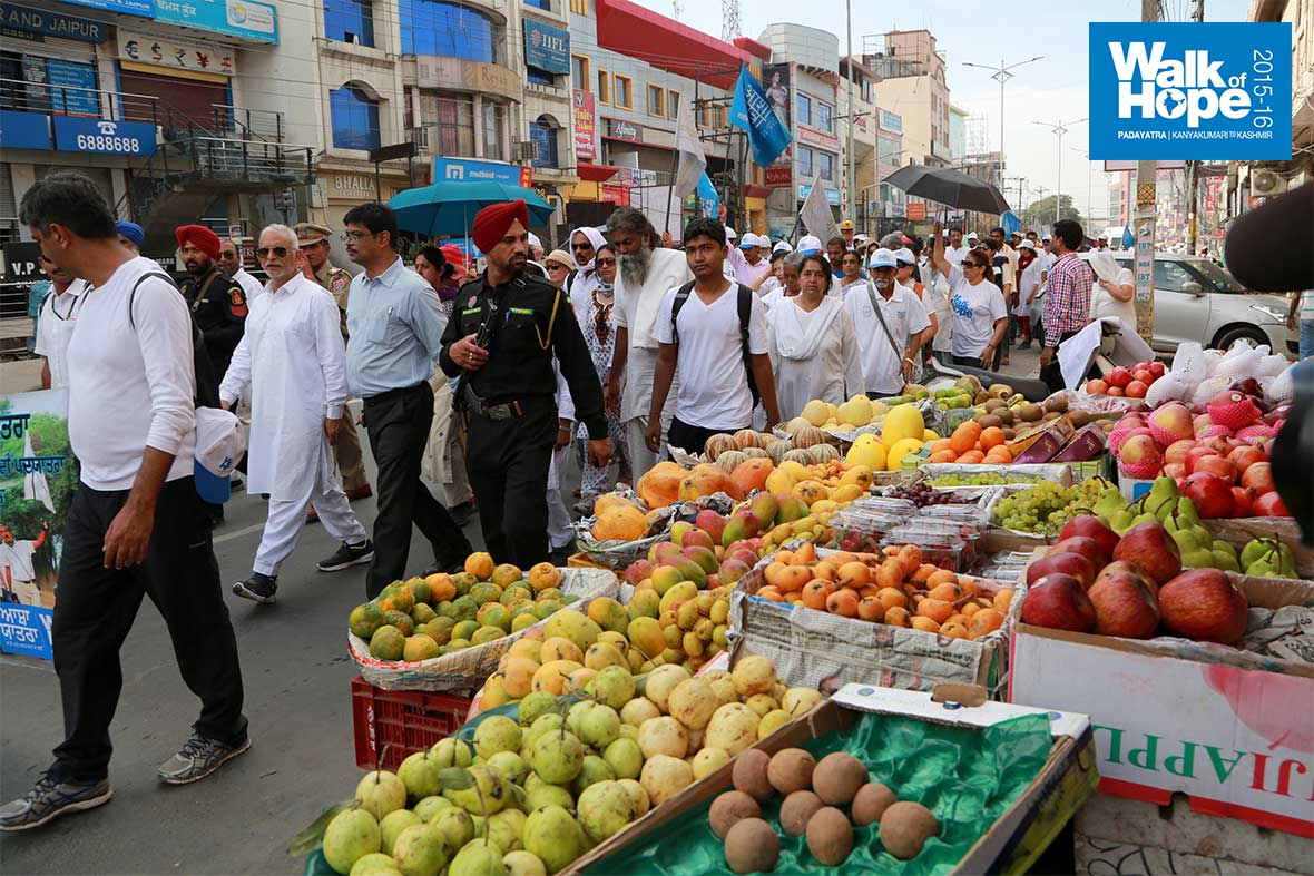 5.A-feast-for-fruitarians-at-the-Mall!,-Amritsar,-Punjab