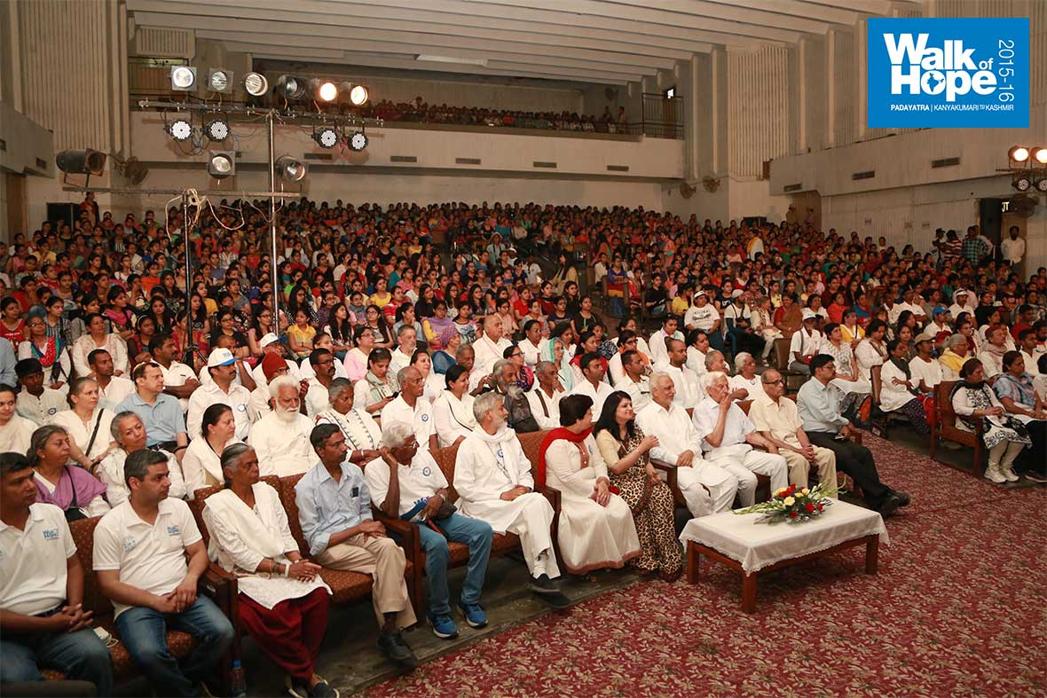 7.A-packed-house-of-students,-staff-and-Padayatris-watch-the-cultural-program-at-BBK-DAV-College,-Amritsar,-Punjab
