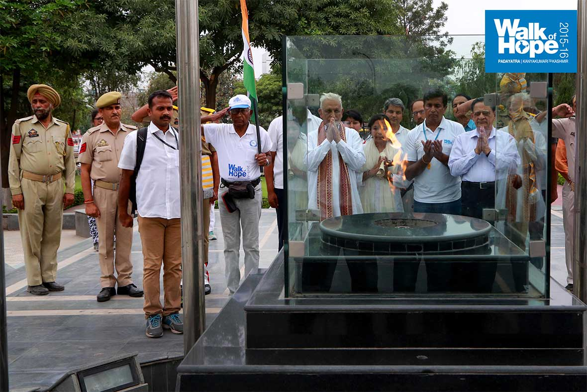 7.Paying-respects-at-the-Eternal-Flame,-dedicated-to-the-martyrs-of-J&K-Police,-Jammu,-J&K)