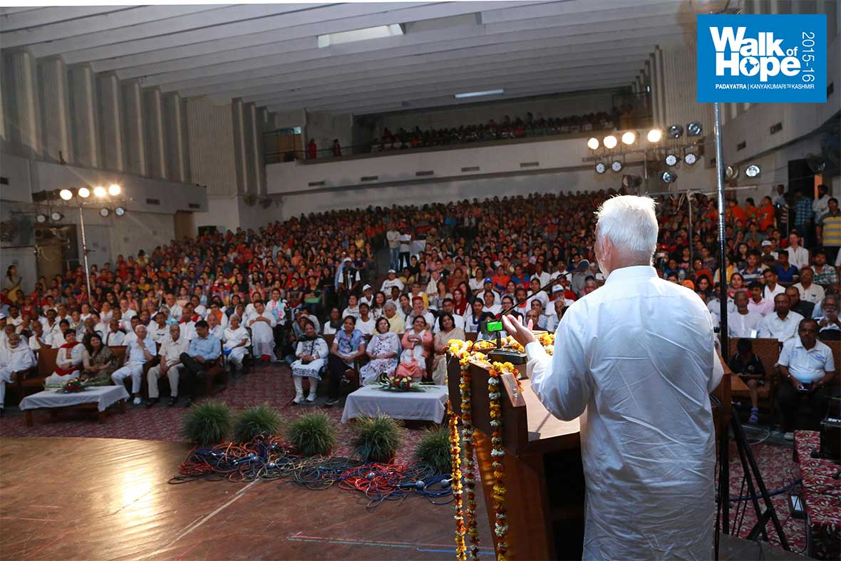 9.Sri-M-addresses-the-gathering,-BBK-DAV-College-Auditorium,-Amritsar,-Punjab