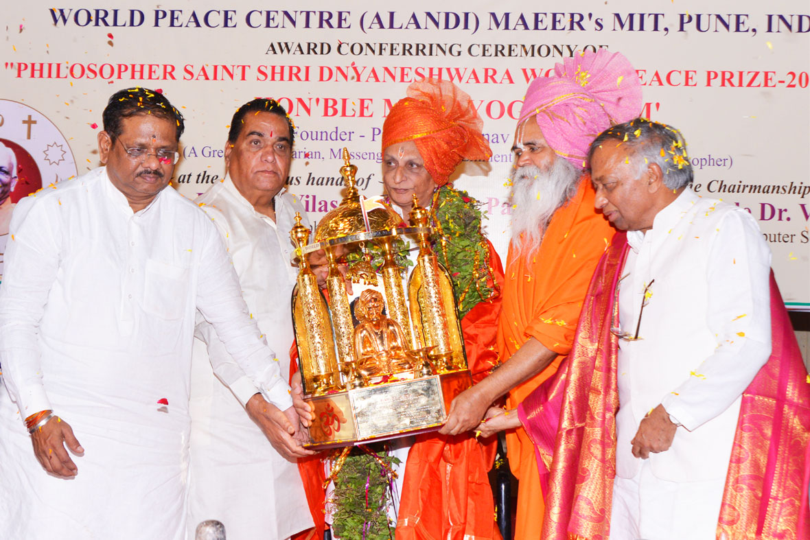 Sri-M-conferred-the-Philosopher-Saint-Shree-Dhyaneshwara-World-Peace-Prize-2015
